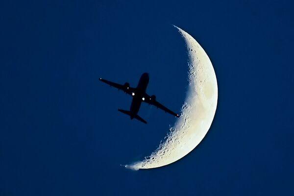 Aereo Airbus A320 sullo sfondo di una luna crescente. - Sputnik Italia