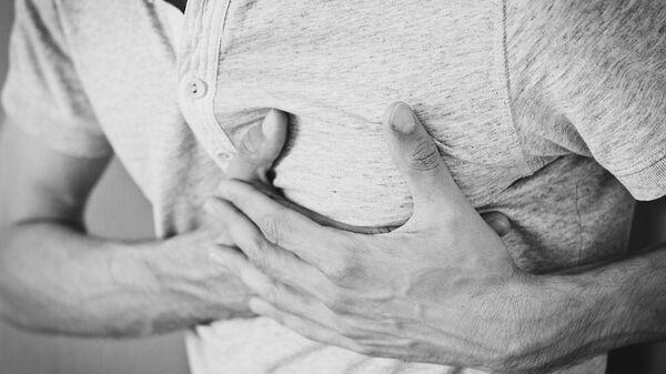 Uomo si porta le mani al cuore durante un malore - Sputnik Italia