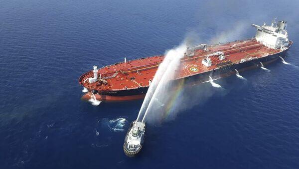 I soccorritori estinguono l'incendio scoppiato su una delle due petroliere attaccare nel Golfo di Oman - Sputnik Italia