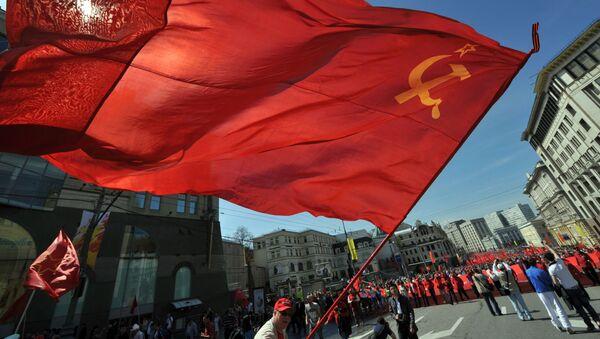 Bandiera sovietica sveltola alla manifestazione del partito comunista in onore del 68esimo anniversario della Vittoria - Sputnik Italia