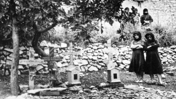 Cimitero dove sono seppolte le vittime del massacro nel 1944 a Distomo, in Grecia - Sputnik Italia