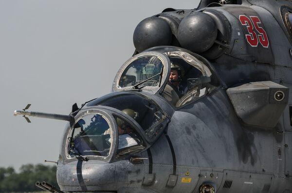 Un elicottero d'attacco Mil MI-35 prima del decollo  - Sputnik Italia
