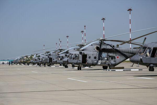 Gli elicotteri impiegati nelle esercitazioni allineati sulla pista del poligono di Arzgirskiy, nella regione di Stavropol - Sputnik Italia