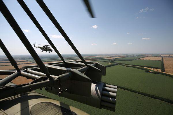 Una foto aerea, scattata da un elicottero multiruolo, da trasporto e da attacco, Mil MI-8   - Sputnik Italia
