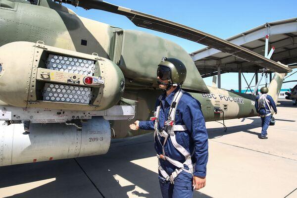 L'equipaggio di un elicottero MI-8N Cacciatore Notturno nelle fasi di preparazione pre-volo - Sputnik Italia