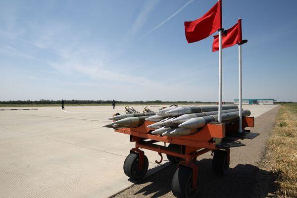 Un carrello usato per trasportare le munizioni sulla pista del poligono Arzgirskiy  - Sputnik Italia