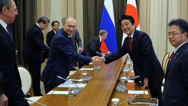 Президент России Владимир Путин и премьер-министр Японии Синдзо во время встречи в резиденции Бочаров ручей - Sputnik Italia