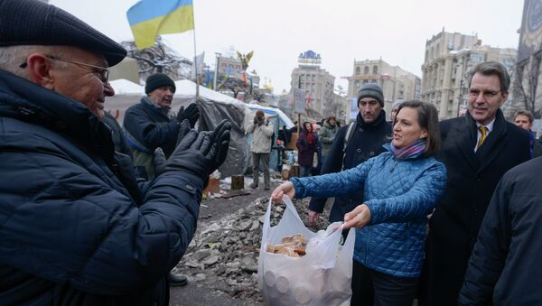 Victoria Nuland offre biscotti ai manifestanti di Kiev. - Sputnik Italia