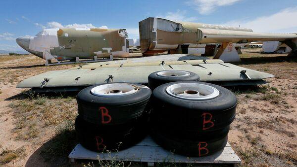 Un Boeing B-52 Stratofortress, numero di coda 58-0171, soprannominato Lil Peach II viene smantellato in base al Nuovo Trattato START (Trattato di riduzione delle armi strategiche) con la Russia, al 309 ° cimitero del Gruppo di manutenzione e rigenerazione aerospaziale giovedì 14 maggio , 2015 alla base dell'aeronautica militare di Davis-Monthan a Tucson, in Arizona - Sputnik Italia