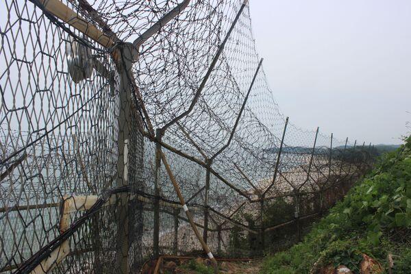 Vista sulla recinzione di filo spinato che delimita buona parte della linea costiera sudcoreana sulla sponda orientale - Sputnik Italia