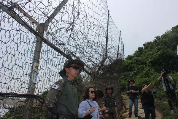 La sicurezza accompagna i partecipanti al tour lungo tutto il percorso - Sputnik Italia