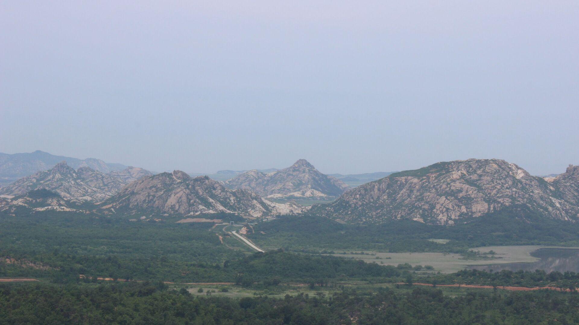 Vista sulla piattaforma panoramica più a nord della Corea del Sud che dà sulla strada che attraversa la frontiera. Un piccolo arco tra le montagne: le porte verso la Corea del Nord - Sputnik Italia, 1920, 23.05.2021