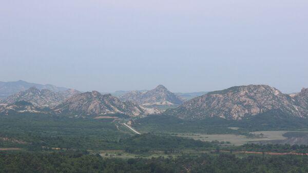 Vista sulla piattaforma panoramica più a nord della Corea del Sud che dà sulla strada che attraversa la frontiera. Un piccolo arco tra le montagne: le porte verso la Corea del Nord - Sputnik Italia