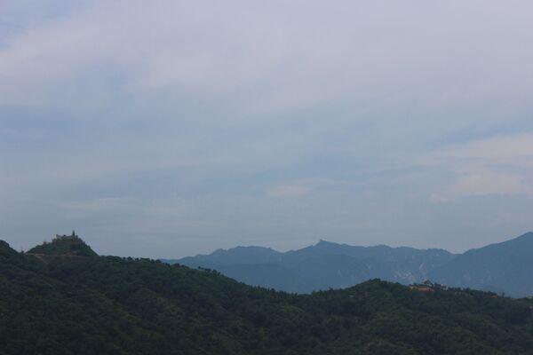 Vista sul monte Kymgansan. Sulla cima a sinistra si trova l'avamposto sudcoreano collocato più a nord. A 500 m da esso si trovava un appostamento nordcoreano. Stando agli ultimi accordi militari i nordcoreani hanno eliminato il loro avamposto. I sudcoreani hanno deciso di lasciare il loro alla storia - Sputnik Italia