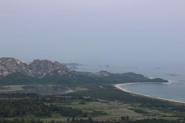 Un po' più a sud del pittoresco lago Kamho si trova l'ultimo tratto di 250 km della linea militare di demarcazione che divideva l'allora Corea unita. A soli 15 km a nord si trova la zona turistica congiunta del Kymgansan che in 10 anni è stata visitata da circa 2 milioni di sudcoreani.  - Sputnik Italia