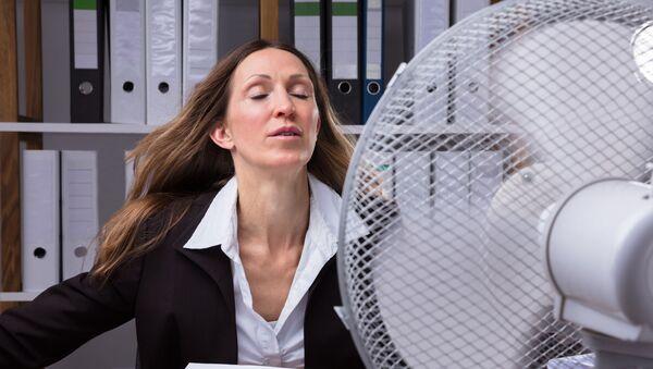 Donna in ufficio di fronte al ventilatore - Sputnik Italia