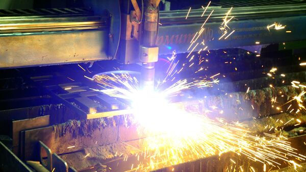 Una macchina per la lavorazione di metalli in funzione  - Sputnik Italia