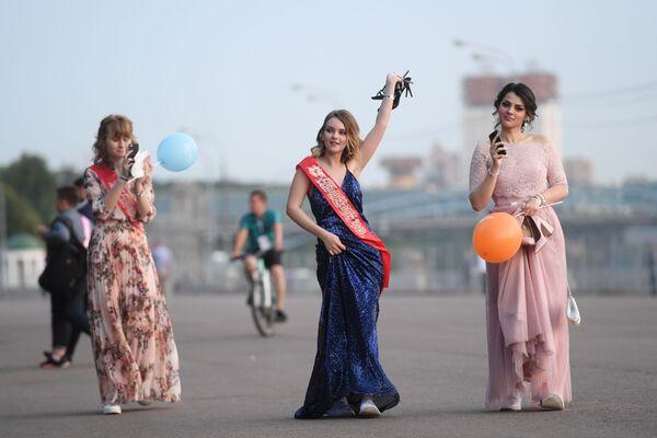 2018, studentesse a passeggio nel Parco Gorky di Mosca dopo la fine degli esami - Sputnik Italia