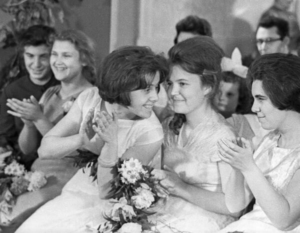 1963, cena di fine anno scolastico per delle giovani diplomate sovietiche - Sputnik Italia
