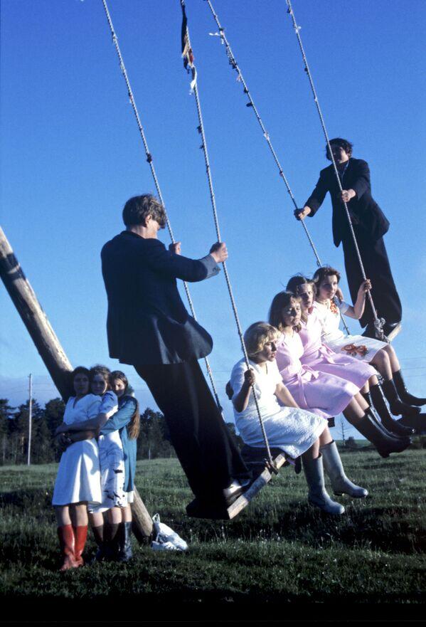 1979, giovani studenti festeggiano la fine degli esami in campagna - Sputnik Italia