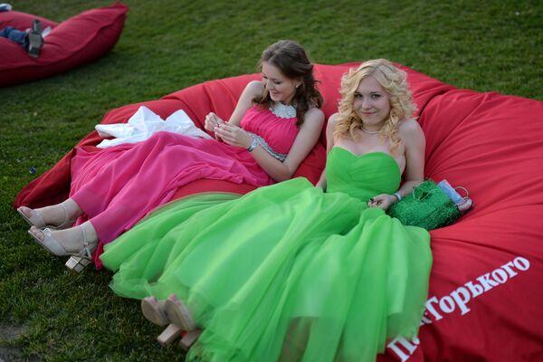 2014, la mattina dopo la festa di fine esami di due ragazze in un parco di Mosca  - Sputnik Italia