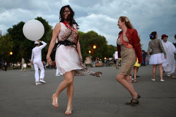 2014, la gioia di queste ormai ex studentesse si sfoga in un ballo all'aperto a Mosca - Sputnik Italia