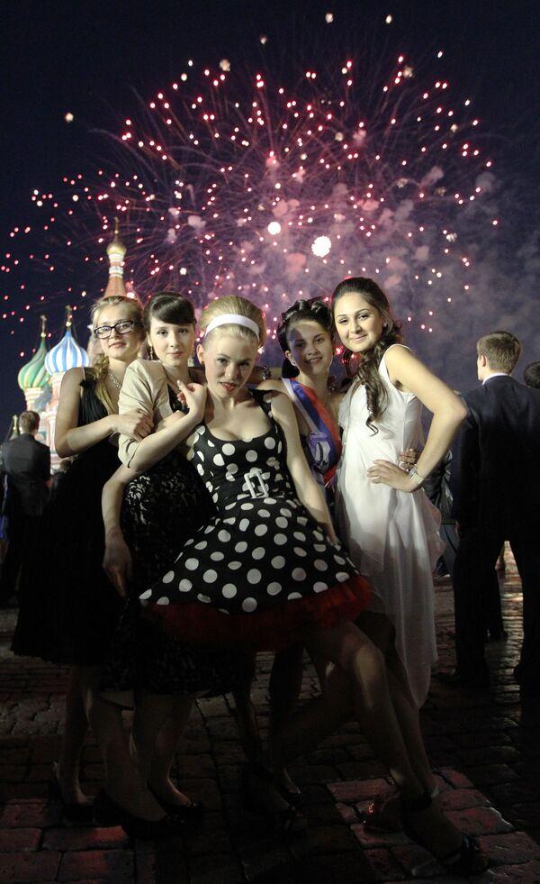 2011, foto di gruppo con i fuochi d'artificio sullo sfondo nella piazza Rossa: da qui a qualche settimana per queste studentesse sarà tempo di scegliere a quale università iscriversi - Sputnik Italia