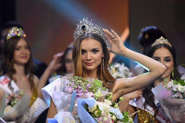 La vincitrice del concorso di bellezza Krasa Rossii si commuove al momento dell'incoronazione - Sputnik Italia
