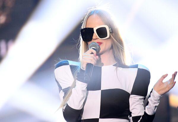 La cantante russa Glyukoza si esibisce durante un intermezzo musicale nel corso della finale del concorso di bellezza Krasa Rossii 2019 - Sputnik Italia
