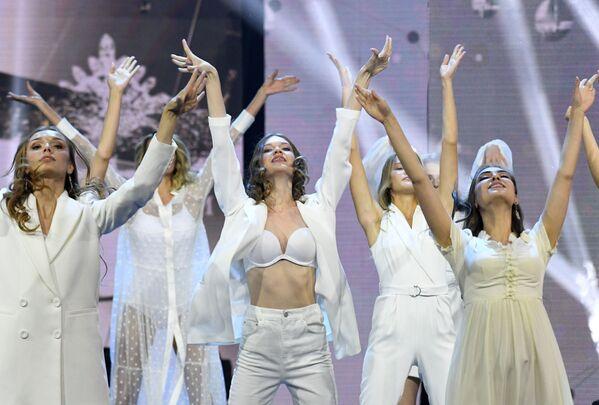 Una delle coreografie messe in scena dalle ragazze finaliste del concorso di bellezza Krasa Rossii 2019 - Sputnik Italia