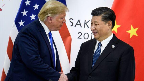 Дональд Трамп и Си Цзиньпин перед началом двусторонней встречи в кулуарах саммита G20 в Осаке - Sputnik Italia