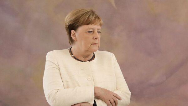 Канцлер Германии Ангела Меркель во время церемонии в президентском дворце Бельвю в Берлине, во время которого у нее случился приступ дрожи - Sputnik Italia