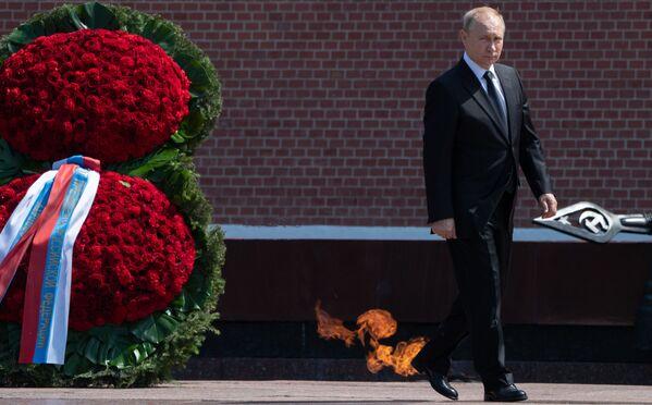 Il presidente della Russia Vladimir Putin pone una corona sulla Tomba del Milite Ignoto in onore del 78° anniversario dell'invasione nazista dell'Unione Sovietica. - Sputnik Italia