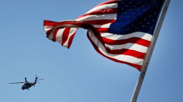 Elicottero americano e bandiera USA - Sputnik Italia