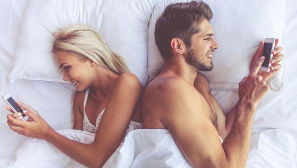 Coppia a letto con i telefonini  - Sputnik Italia
