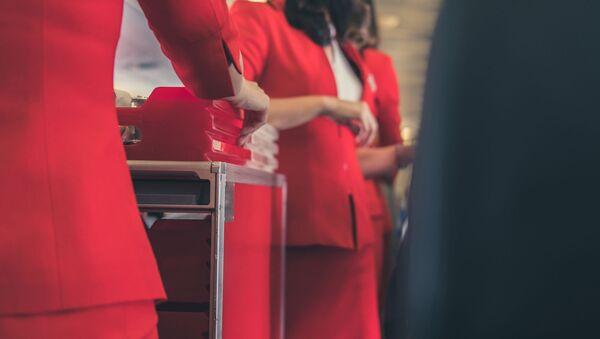 Assistenti di volo servono il pranzo ai passeggeri - Sputnik Italia