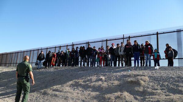 Migranti al confine tra USA e Messico - Sputnik Italia
