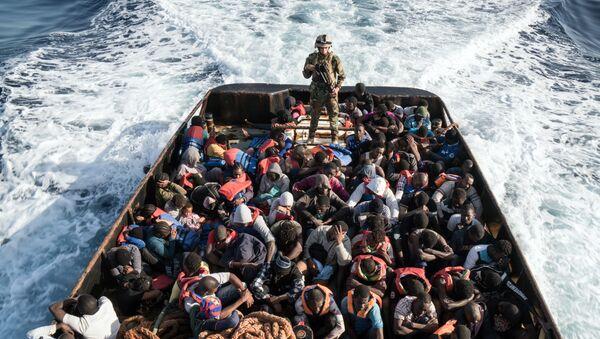 Salvataggio di migranti clandestini diretti alle coste europee - Sputnik Italia