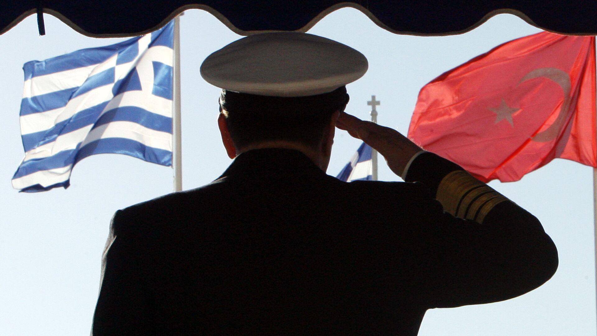 Un militare sullo sfondo delle brandiere della Grecia e della Turchia - Sputnik Italia, 1920, 31.05.2021