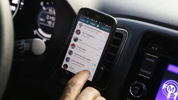 Открытый мессенджер WhatsApp на экране сотового телефона  - Sputnik Italia