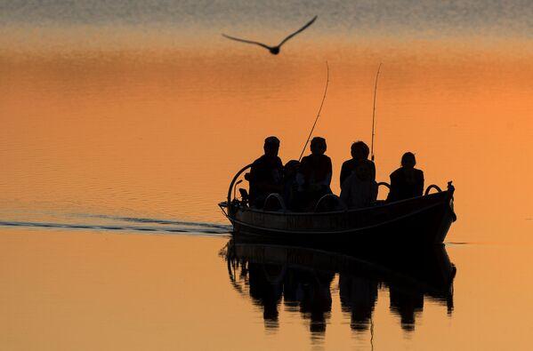 Cosa c'è di meglio di un'uscita di pesca al tramonto - Sputnik Italia