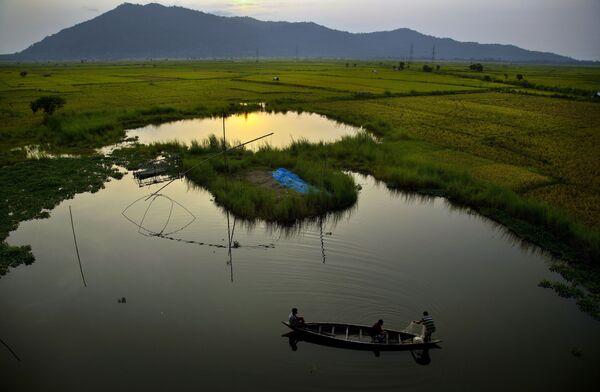 Pescatori su una barca di legno nel fiume Brahmaputra in India - Sputnik Italia