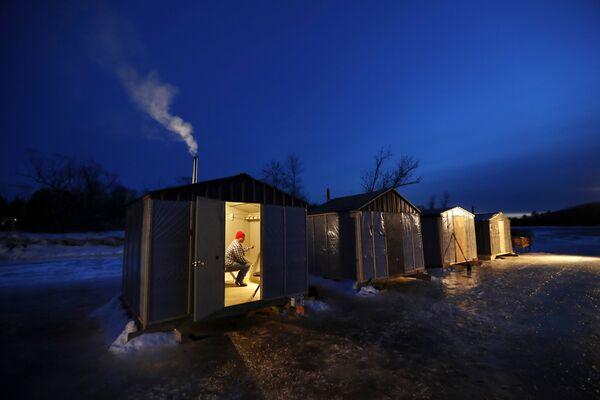Pesca d'inverno nello stato del Maine, in USA - Sputnik Italia
