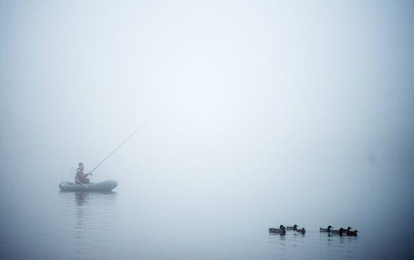 Velikiy Novgorod, Russia: un pescatore su un fiume di nebbia - Sputnik Italia