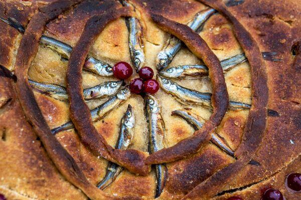 Un pirog (torta salata) a base di pesce, piatto tipico della zona del lago Onega in Karelia - Sputnik Italia
