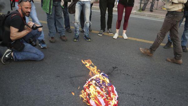 I manifestanti bruciano una bandiera americana - Sputnik Italia