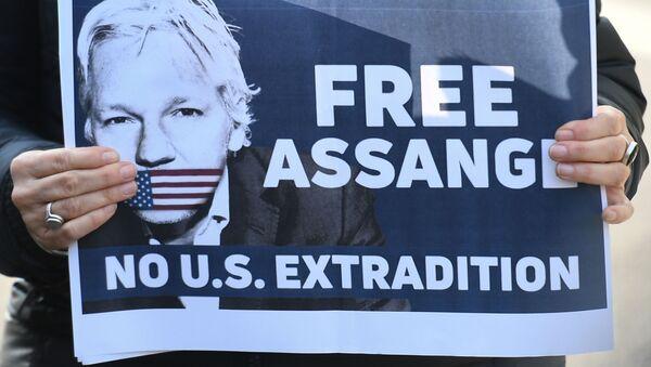 Poster con slogan a favore della liberazione del fondatore di WikiLeaks Julian Assange - Sputnik Italia