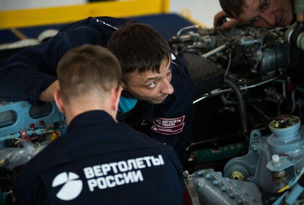 Due operai impegnati nel montaggio del motore di un elicottero Ka-52 - Sputnik Italia