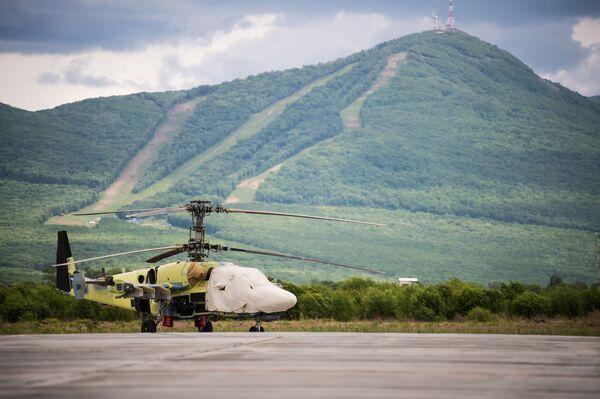 Un elicottero Ka-52 Alligator sulla pista di decollo e atterraggio dello stabilimento Progress di Arsenyev - Sputnik Italia
