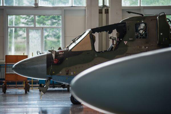 Elicotteri Ka-52 Alligator nell'hangar destinato all'assemblaggio definitivo dello stabilimento Progress, la cosiddetta camera pulita dove la fusoliera dell'elicottero acquista il suo aspetto definitivo. - Sputnik Italia